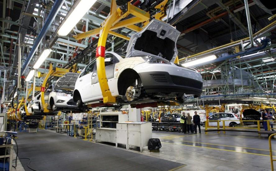 Materiales plásticos y metálicos, ensamblando la industria automotriz