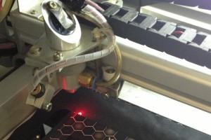 Láser, precisión para corte y grabado de plásticos