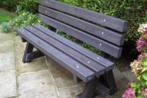 mobiliario ubano sustentable con madera plastica reciclable